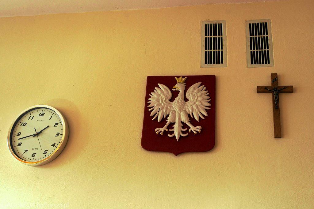 Religia w szkole. Godło, krzyż i zegar w jednej z klas wrocławskiego gimnazjum.