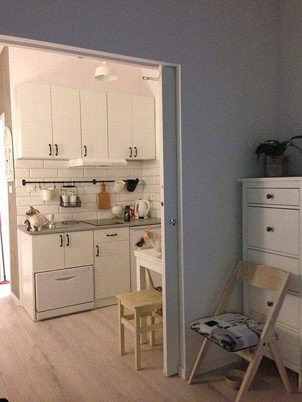 25-metrowe mieszkanie Moniki utrzymane w jasnej kolorystyce. Dla oszczędności miejsca wprowadzono drzwi przesuwane.