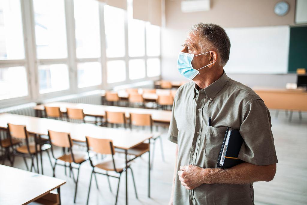 Nauczyciel zaniepokojony pracą w okresie epidemii