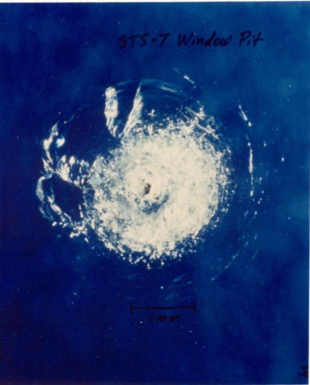 Zniszczenia okna wahadłowca Challenger podczas misji STS-7