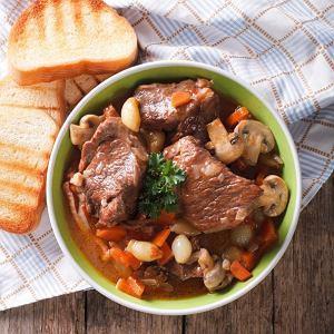 Wołowina po burgundzku - pyszne francuskie danie jednogarnkowe