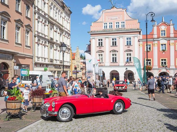 Zdjęcie numer 31 w galerii - Międzynarodowy rajd zabytkowych pojazdów na Rynku w Wałbrzychu. Było co podziwiać [ZDJĘCIA]