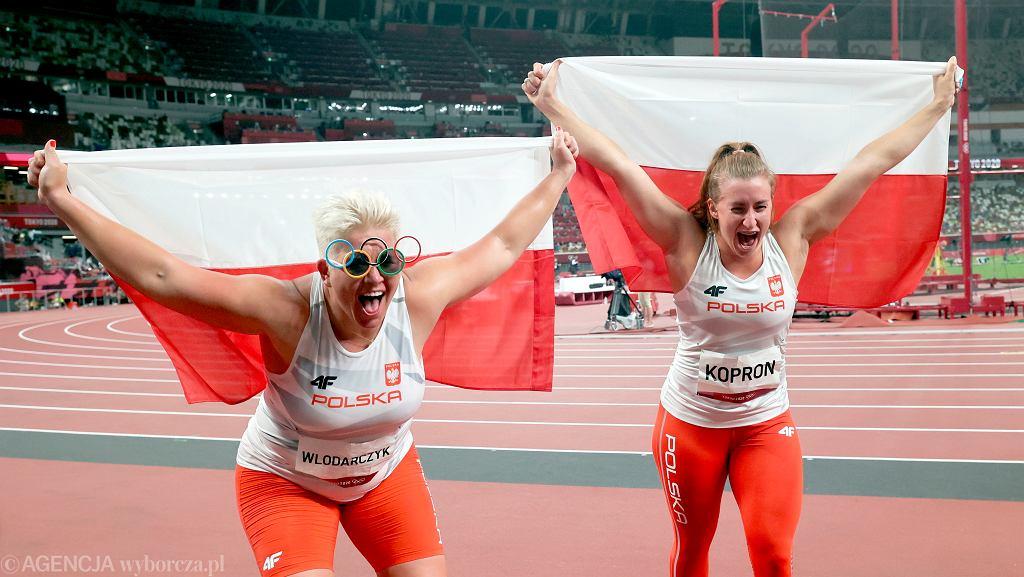 Anita Włodarczyk i Malwina Kopron cieszą się ze zdobycia medali, złotego i brązowego, w konkurencji rzutu młotem na Igrzyskach Olimpijskich w Tokio.