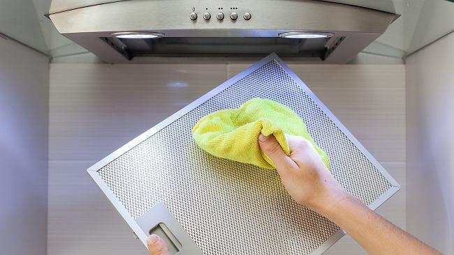 Jak w kilka minut wyczyścić tłusty okap? Pomoże sposób, który kobiety stosują do oczyszczania twarzy