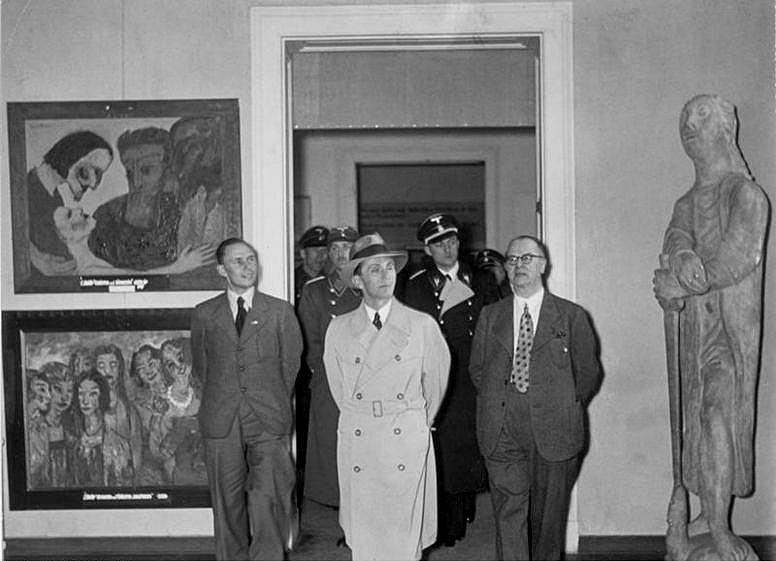 Wystawa sztuki zdegenerowanej. Zwiedza ją minister propagandy III Rzeszy Joseph Goebbels