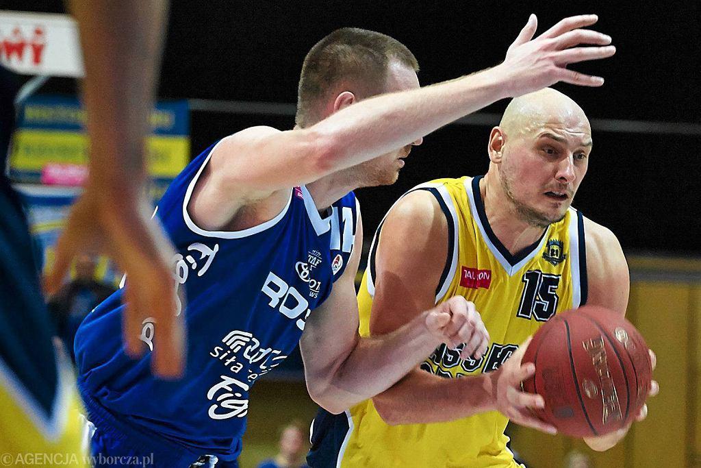 Z piłką koszykarz Asseco Przemysław Frasunkiewicz
