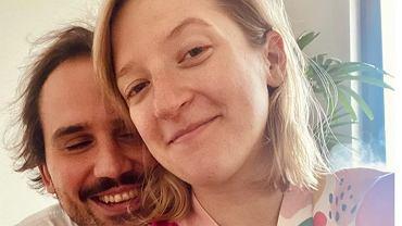 """Lara Gessler na pierwszym po porodzie zdjęciu z córką i mężem. Olga Frycz zachwycona. """"Brawo Wy!"""""""