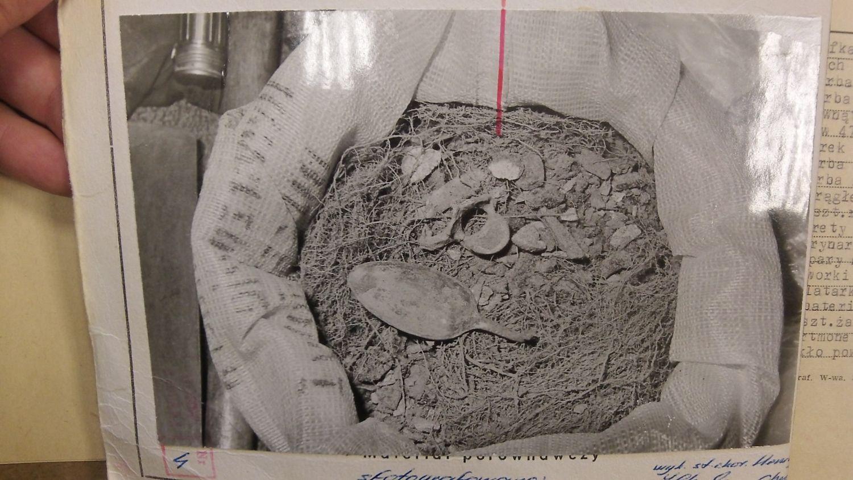 Sobibór 1985. Worek z ziemią i szczątkami wybranymi przez kopaczy z masowego grobu. Zamierzali zabrać go ze sobą do Lublina i tam dokładnie przeszukać (fot. Archiwum IPN)