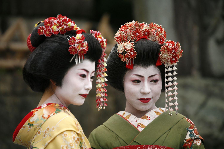 Gejsze zawsze odcinały się od kurtyzan, zajmowały się sztuką, tańcem, śpiewem, układaniem kwiatów, kaligrafią (fot. Shutterstock)