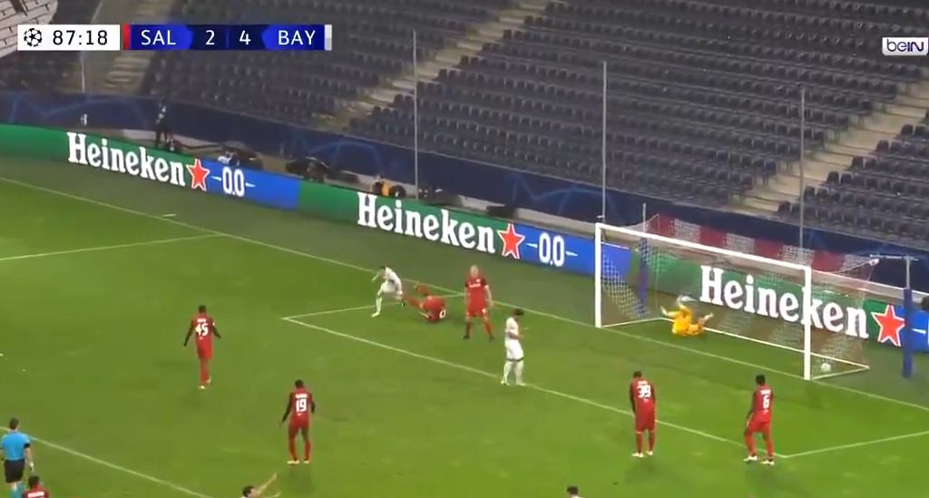 Robert Lewandowski strzela gola w meczu Ligi Mistrzów przeciwko Salzburgowi