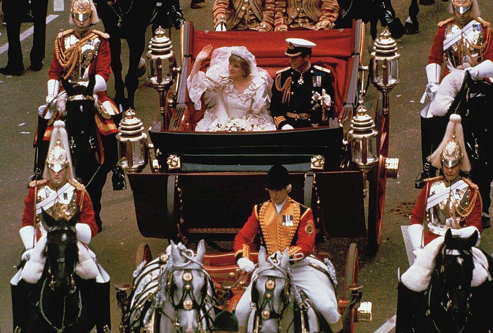 Księżna Diana i książę Karol w drodze do Pałacu Buckingham. Ślub książęcej pary, Londyn, 29 lipca 1981
