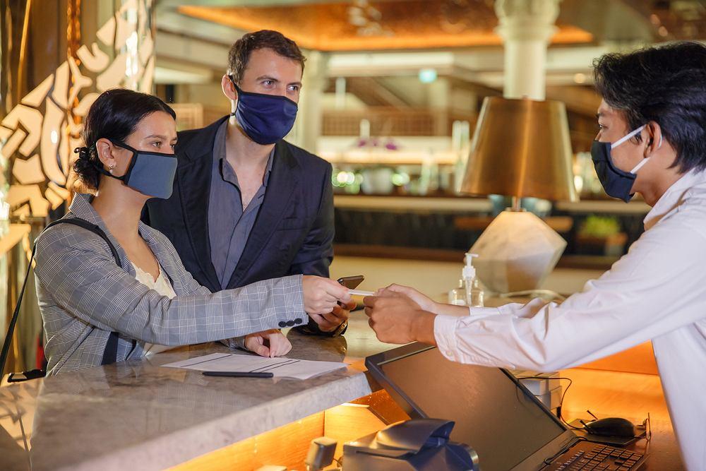 Hotele mogą przyjmować gości, którzy są w podróży służbowej