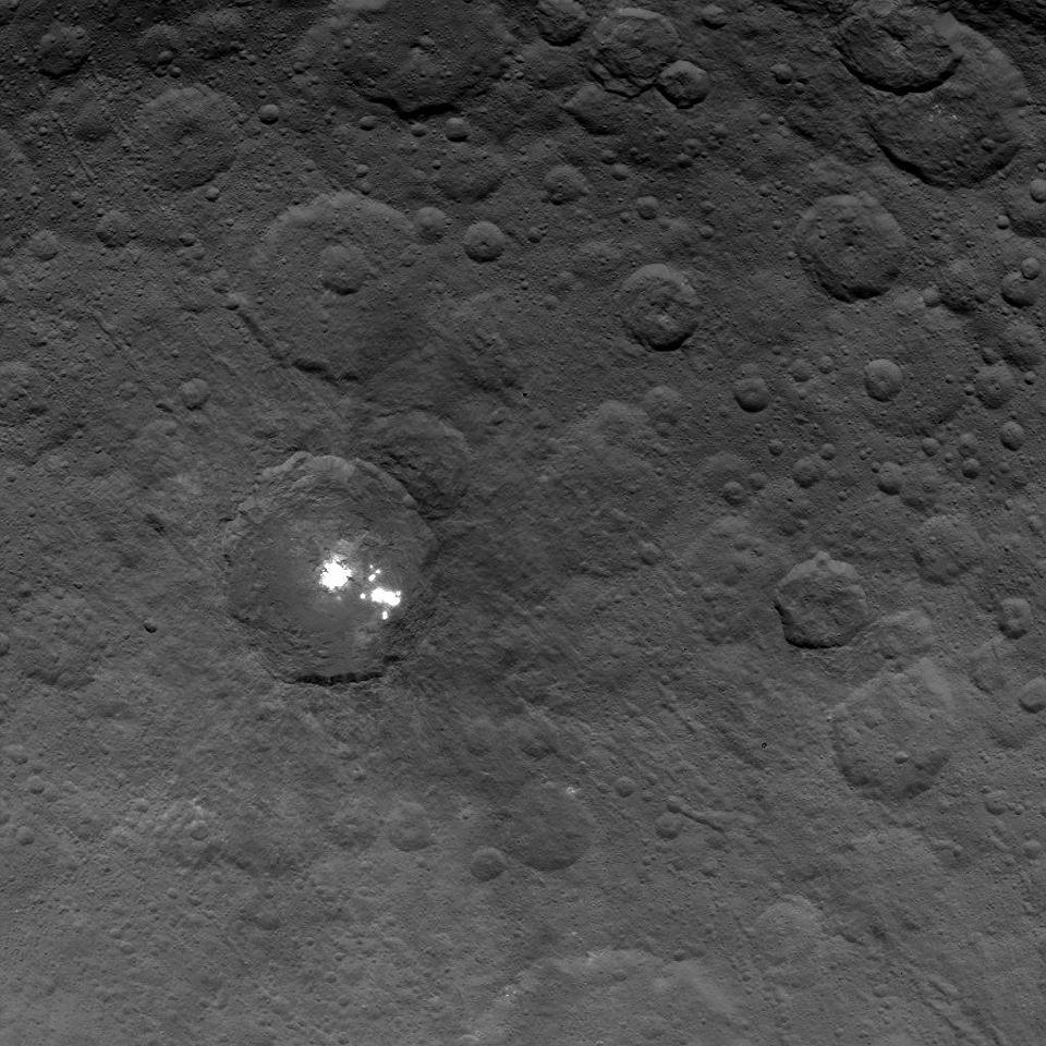 Zdjęcie numer 5 w galerii - Planeta Ceres zdumiewa naukowców. Oprócz tajemniczych jasnych plam jest tam też... piramida?