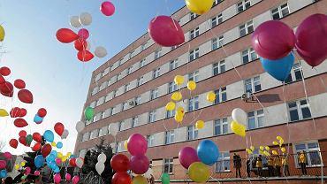 Akcja Fundacji 'Pomóż im' - wypuszczenie w powietrze balonów przed Dziecięcym Oddziałem Onkologicznym DSK