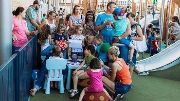 Centrum handlowe Skende urządziło dwie przestrzenie do zabawy na zewnątrz. Dzieci po raz pierwszy mogły pobawić się w nich w piątek, z okazji Dnia Dziecka. Jeden z placów zabaw znajduje się w pobliżu pasażu zewnętrznego (wejście od strony alei Spółdzielczości Pracy), natomiast tor rowerowy i park do ćwiczeń w pobliżu wejścia do Skende Shopping od ulicy Kupieckiej. Inwestycja kosztowała Skende 2 mln zł. Na placu zabaw są m.in. huśtawki na sprężynach, zjeżdżalnie czy drewniany domek zabaw. A także  minityrolka, umożliwiająca zjazd między dwoma punktami. Wstęp na obie przestrzenie do zabawy jest bezpłatny.  md