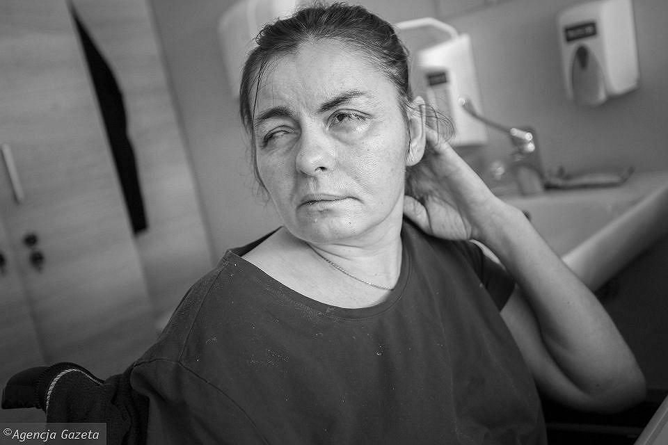 Nie żyje pochodząca z Ukrainy Oksana, która dostała wylewu na terenie zakładu pracy. Szef nie udzielił jej pomocy. Wywiózł ją do parku.