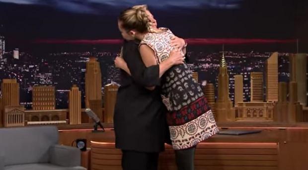 Miley Cyrus ściska Hillary Clinton
