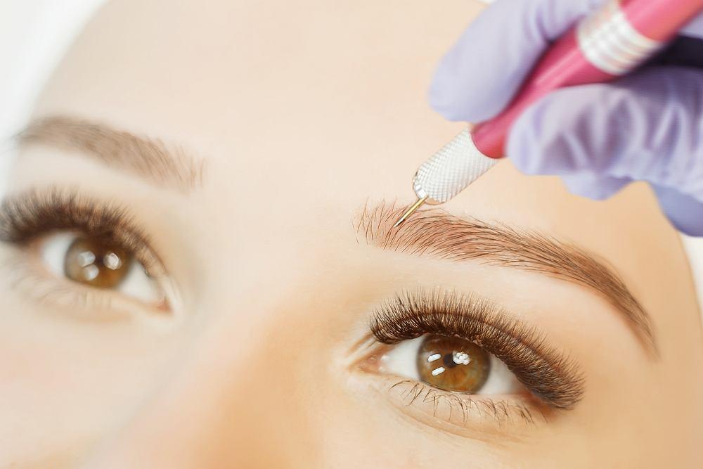 Microblading polega na wprowadzeniu, przy użyciu mikroostrza, specjalnego barwnika do warstwy kolczystej skóry
