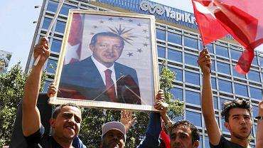Zwolennicy prezydenta Erdogana demonstrują poparcie dla głowy państwa po zdławieniu nieudanej próby zamachu stanu