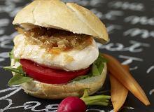 Kanapka z kurczakiem, karmelizowaną białą cebulą i pomidorem - ugotuj