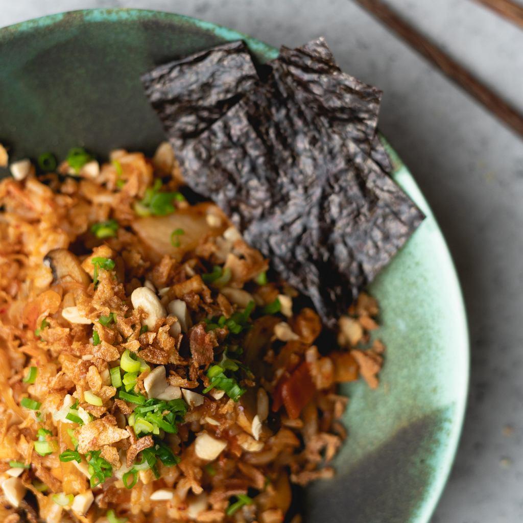 Ryż smażony z kim chi i warzywami
