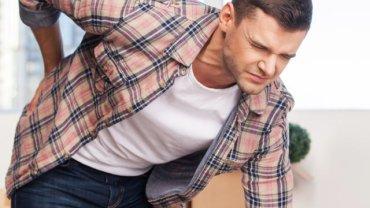 """Tępy ból """"krzyża"""" u młodego mężczyzny zwykle jest bagatelizowany i utożsamiany z brakiem ruchu lub przeciążeniem kręgosłupa. Tymczasem to może być ZZSK"""