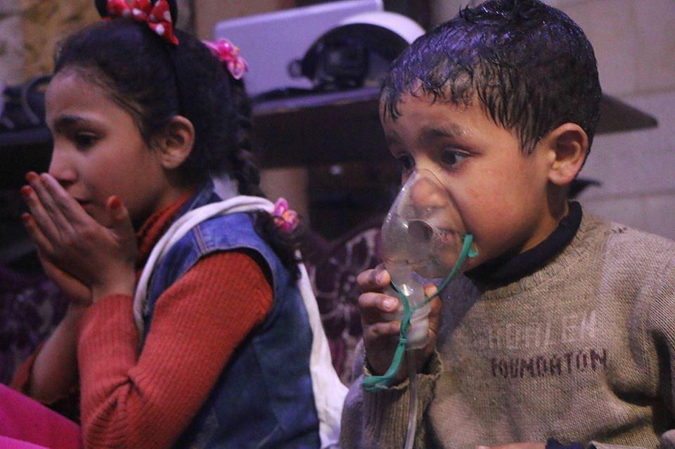 Zdjęcie, opublikowane przez Syryjską Obronę Cywilną - Białe Hełmy - ma pokazywać dzieci, które ucierpiały w ataku chemicznym w Dumie
