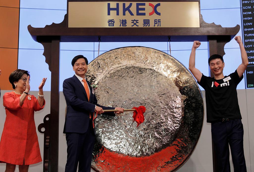 Xiaomi zadebiutował na giełdzie w Hongkongu, na zdjęciu w środku prezes spółki Lei Jun
