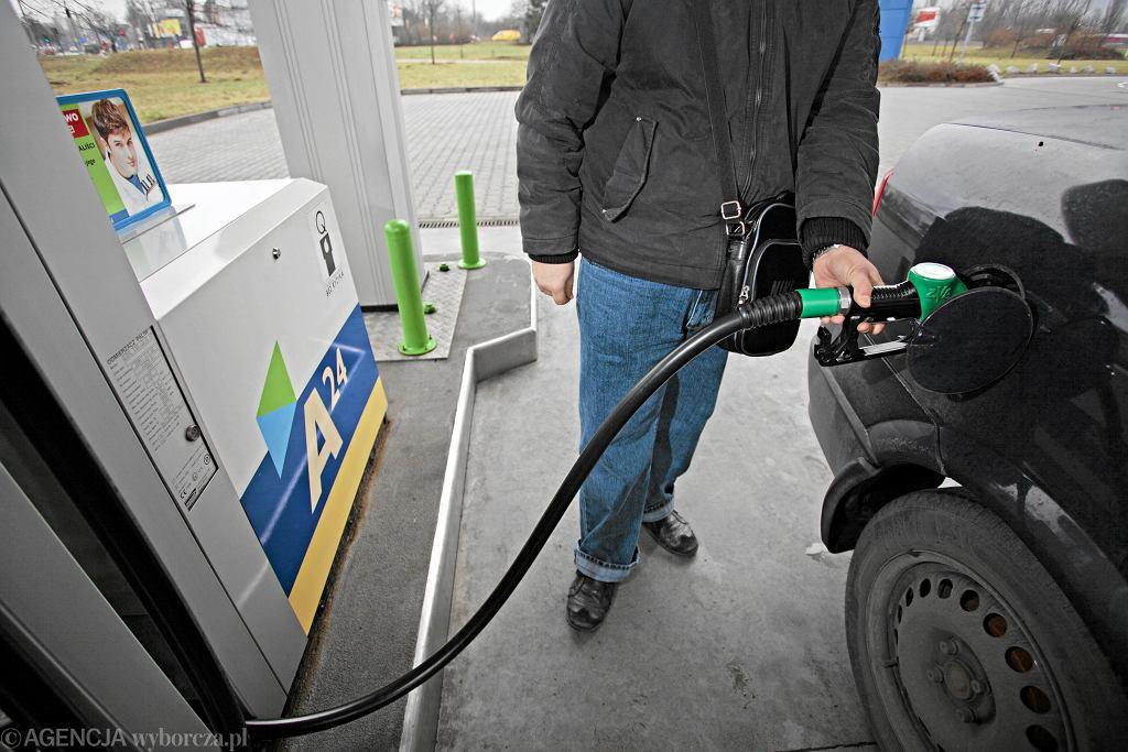 Ceny ropy naftowej spadły o niemal 10 procent.