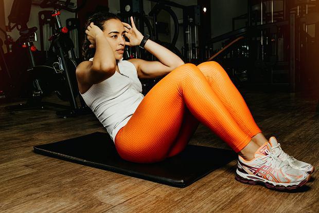 Ćwiczenia na płaski brzuch. Wystarczy poświęcić tylko 5 minut dziennie. Skuteczny i szybki trening