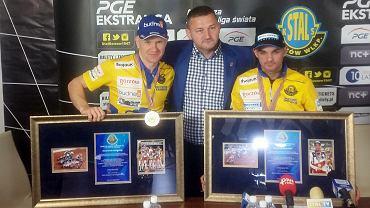 Prezes Ireneusz Maciej Zmora ze złotymi medalistami Drużynowego Pucharu Świata Bartkiem Zmarzlikiem i Krzysztofem Kasprzakiem