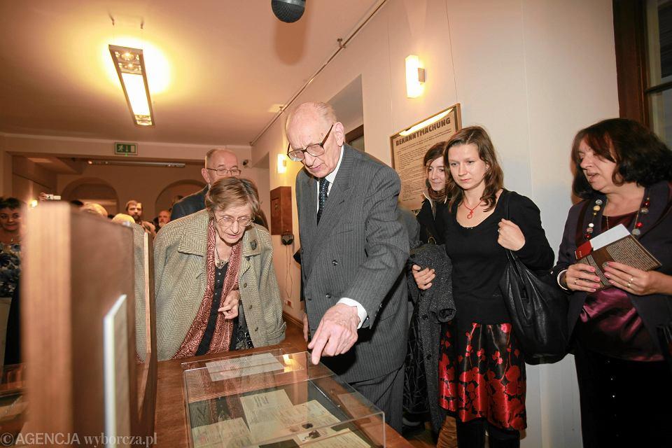 25.10.2010, Wrocław, Zofia i Władysław Bartoszewscy  trakcie zwiedzania wystawy 'Polskie Państwo Podziemne' w bibliotece Ossolineum.