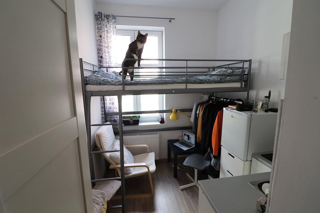 Mieszka na dziewięciu metrach kwadratowych