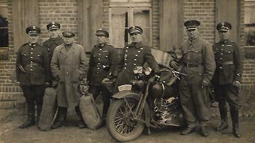 Teodor pierwszy z prawej. Placówka w Sochach, początek lat 30-tych.