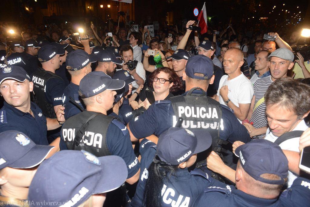 Policja potwierdza, że w trakcie manifestacji przed Pałacem Prezydenckim użyła gazu. Tłumaczy jednak, że to demonstrujący rozpylili go pierwsi