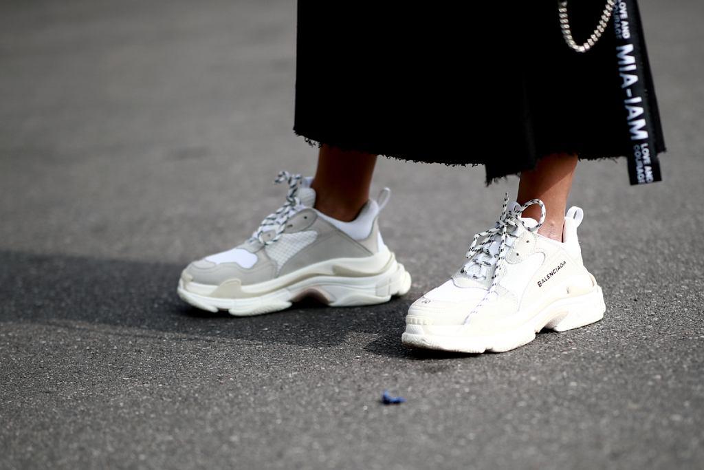 Białe sneakersy z wyprzedaży