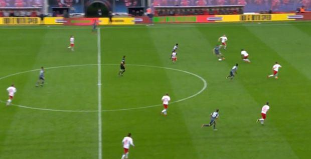 Wszyscy gracze Lipska ściśnięci w środku pola, mało opcji rozegrania ataku przez Bayern