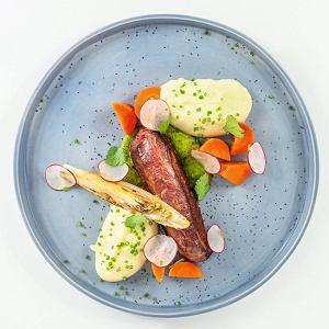 Pierś zkaczki zglazurowaną marchewką, ziemniaczanym purée, karmelizowaną cykorią isosem chimichurri