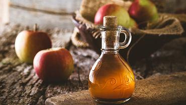 Dobry ocet jabłkowy ma żółto-brązową barwę, jest lekko mętny, ma kwaśny, octowy smak i oczywiście pachnie jabłkami.