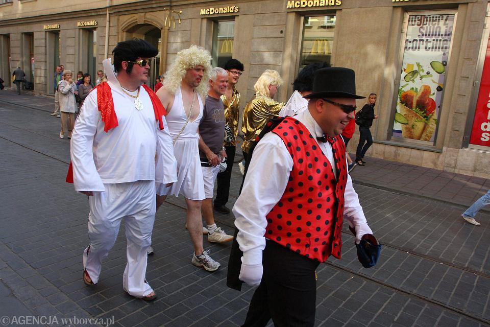 Brytyjczycy często przyjeżdżają do Krakowa na wieczory kawalerskie. Upijają się, hałasują i wyróżniają strojami, czasami zachowują się nieobyczajnie