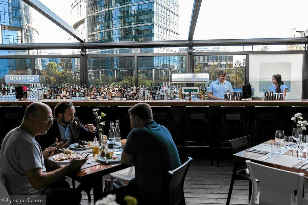 Restauracja Stixx Bar & Grill przy pl. Europejskim 4a na Woli / DAWID ZUCHOWICZ