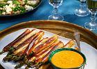 Szparagi w cieście filo z dukkah i z sosem z majonezu i harissy