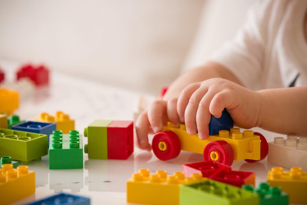 Dobry prezent na Dzień Dziecka 2020, może stanowić zestaw klocków. Zdjęcie ilustracyjne, goodmoments/shutterstock.com