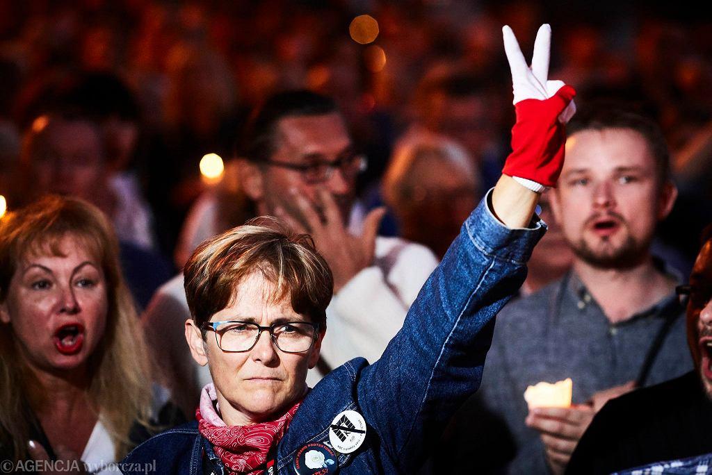 Łańcuch światła przeciwko zmianom w KRS i sądach, 16 lipca 2017 r.
