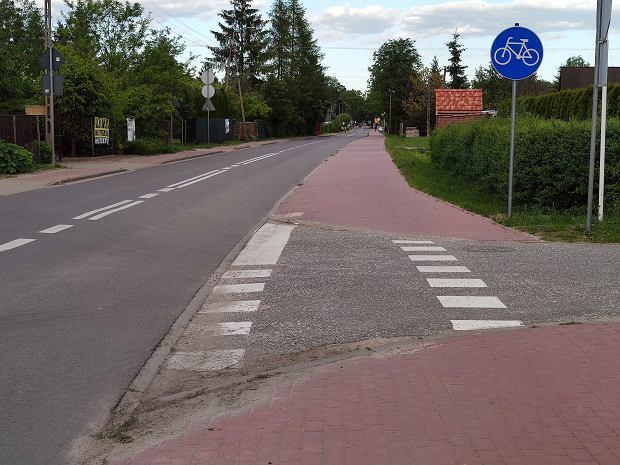 Przykład ścieżki rowerowej, która uniemożliwia dotarcie pieszo do domów