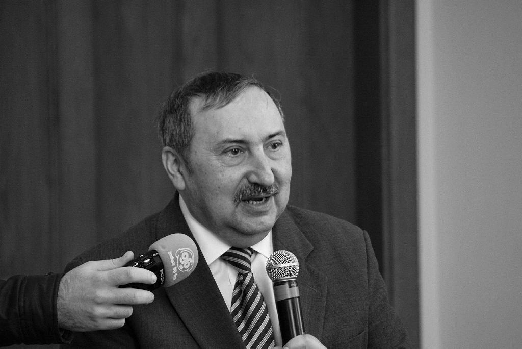 Prof. Bogusław Banaszak zmarł na zawał w wieku 63 lat. W ostatnich latach był blisko związany z PiS - przyznawał partii Kaczyńskiego rację w sporze o TK, przygotowywał ekspertyzy, od stycznia br. był sędzią Trybunału Stanu