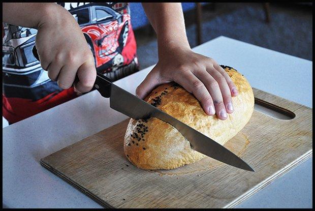 Nóż w rękach dziecka. Nieodpowiedzialna matka, czy zaradny syn?