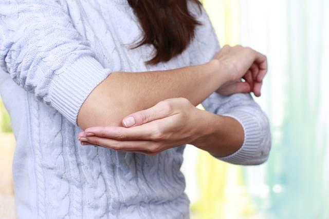 Wywołujący ból ucisk na nerw łokciowy najczęściej spowodowany jest urazem lub stanowi zapowiedź zmian reumatycznych