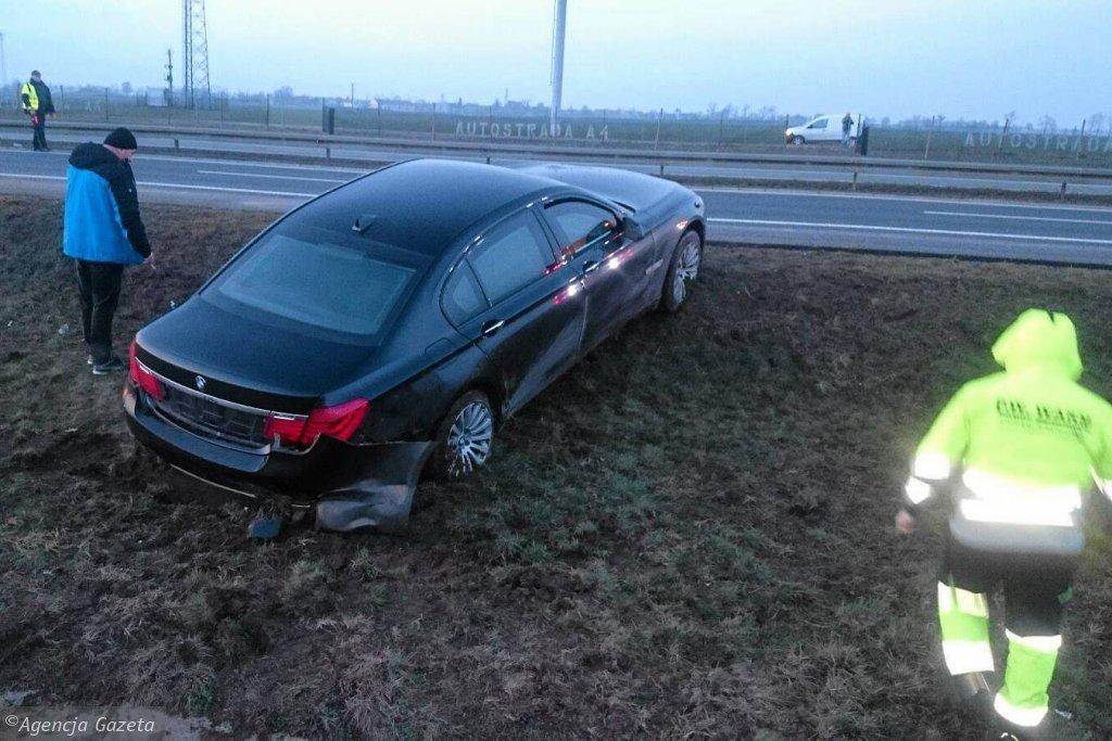 Prezydencka limuzyna na poboczu autostrady A4. Po pęknięciu opony auto wypadło z trasy, a pisowskie media zaczęły doszukiwać się zamachu