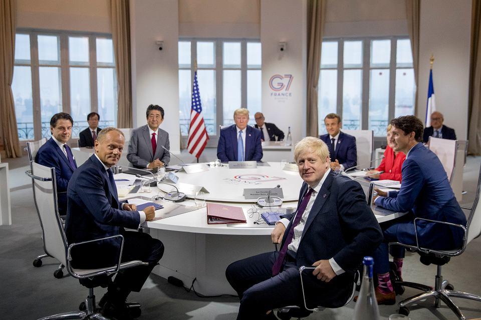 Światowi przywódcy na szczycie  G7 w Biarritz, na pierwszym planie Donald Tusk i Boris Johnson
